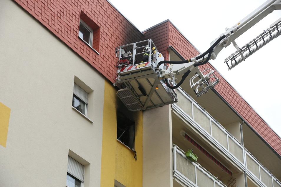 """Am 14. Mai kam es gegen 9.30 Uhr auf der Straße """"Am Ringpark"""" zu einem Wohnungsbrand. Als die Freiwilligen Feuerwehren Coswig und Radebeul-Kötzschenbroda eintrafen, drang dunkler Rauch aus dem Kinderzimmerfenster des Sohnes von Sabine Kohl. Wie sich späte"""