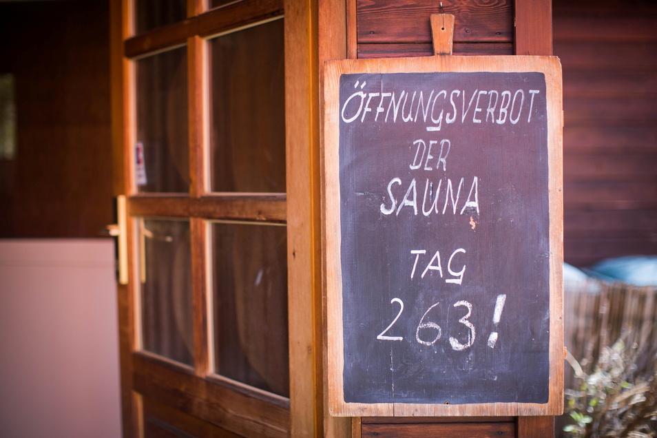 Akribisch werden täglich die Schließungstage der Kurbad-Sauna auf einer Tafel aktualisiert. Wann gemeinschaftliches Schwitzen wieder möglich sein wird, ist derzeit ungewiss.