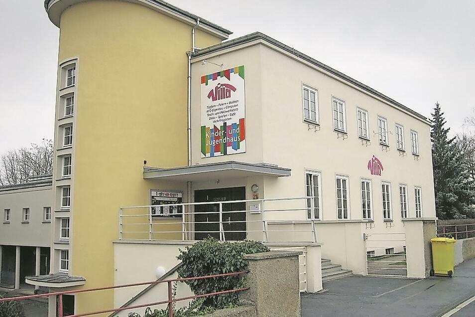 """Das Eingangsportal des Zittauer Kinder- und Jugendhauses """"Villa"""" an der Hochwaldstraße. Elemente des Bauhausstiles sind deutlich erkennbar."""