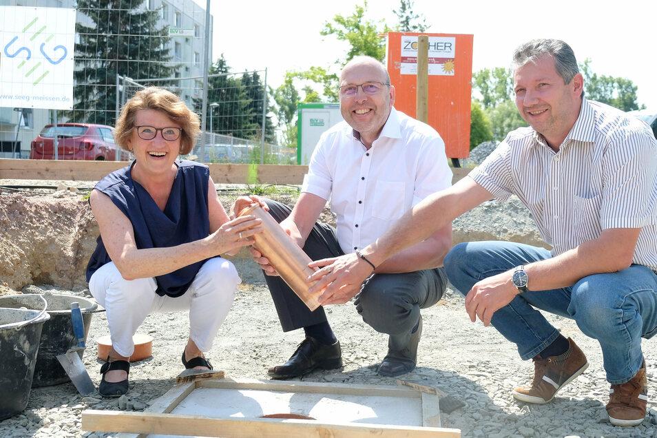 Seeg-Chefin Birgit Richter, OB Olaf Raschke und Ronny Döhnert von der gleichnamigen Baufirma aus Hartha freuen sich über die am Mücke-Ring in Meißen neu entstehenden Reihenhäuser.