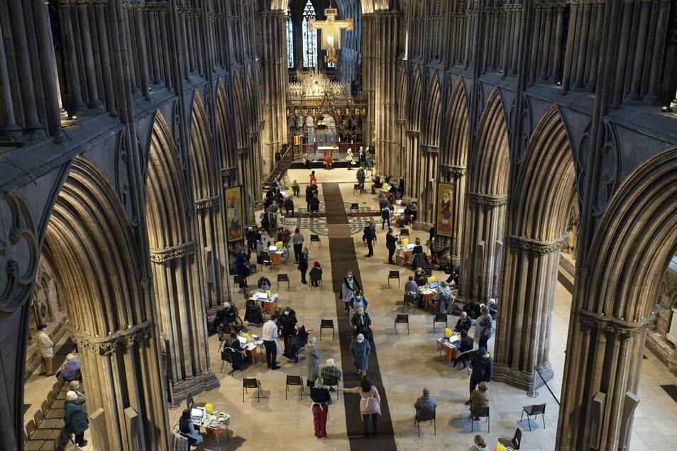 In der Lichfield Kathedrale werden Senioren jetzt gegen das Coronavirus geimpft.
