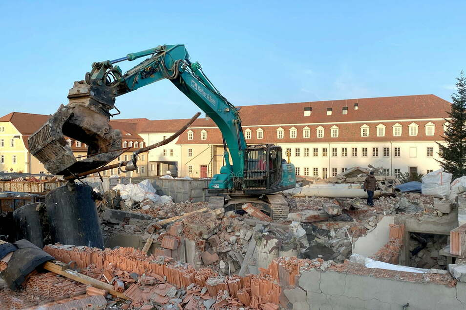 Bagger beräumen den Schutt der alten Schulturnhalle in Herrnhut bei den Zinzendorfschulen.