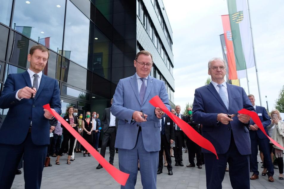 Sachsens Ministerpräsident Michael Kretschmer (l.) und seine Amtskollegen Bodo Ramelow (M.) aus Thüringen und Reiner Haseloff aus Sachsen-Anhalt bei der Eröffnung.