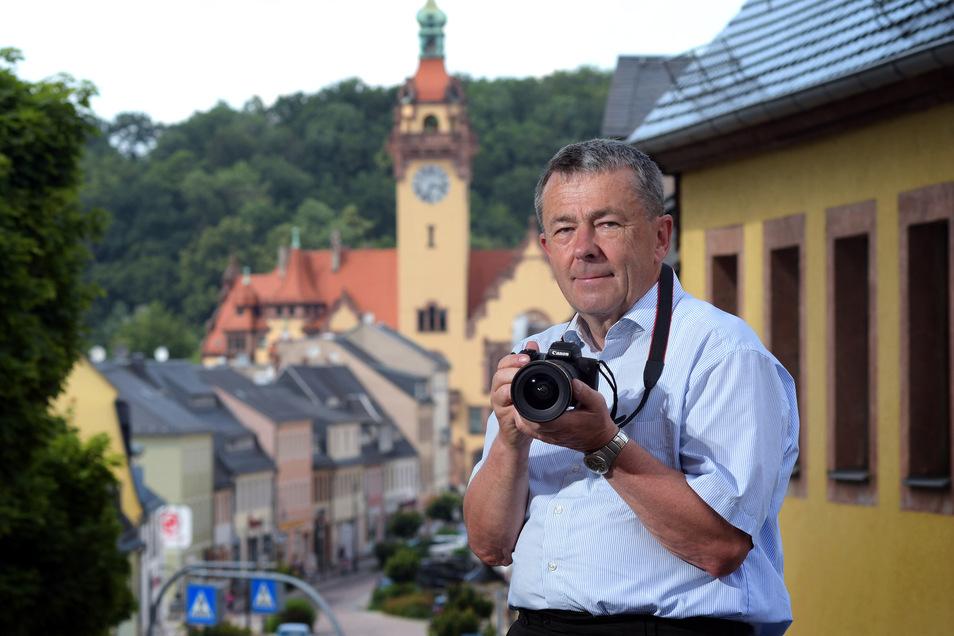Heinz Thieme auf der Treppe zur Stadtkirche.