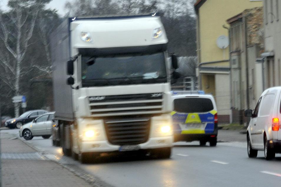 Tagtäglich rollen Fahrzeugkolonnen quer durch Krauschwitz. Eine besondere Belastung sind dabei die unzähligen Lkw, die nicht nur für Lärm sorgen.