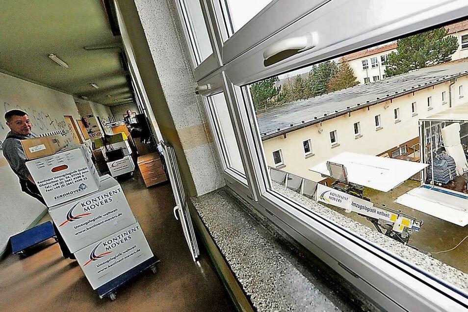 Das Transportunternehmen Umzugslogistik GmbH Jena belädt in der Oberschule pro Tag einen Möbeltransporter von 20 Tonnen. Bis Freitag werden es zehn Fahrzeuge sein, die jeweils am Nachmittag am neuen Schulstandort wieder zu entladen sind. Mitarbeiter Heiko