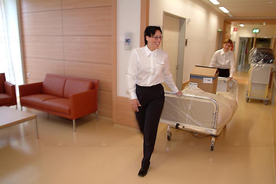 Das Seenland-Klinikum verzichtet künftig wieder auf seine speziellen Service-Kräfte für nichtmedizinische Dienstleistungen (hier im Jahr der Einführung der Tätigkeit 2007).