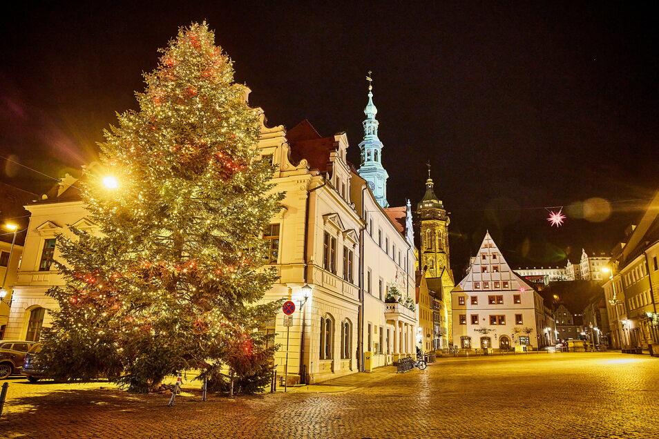 Auch wenn der Canalettomarkt abgesagt wurde, Weihnachtsstimmung kommt in Pirna dennoch auf. Dafür sorgt nicht zuletzt der Tannenbaum, der dieses Jahr in Liebstadt gefällt wurde.