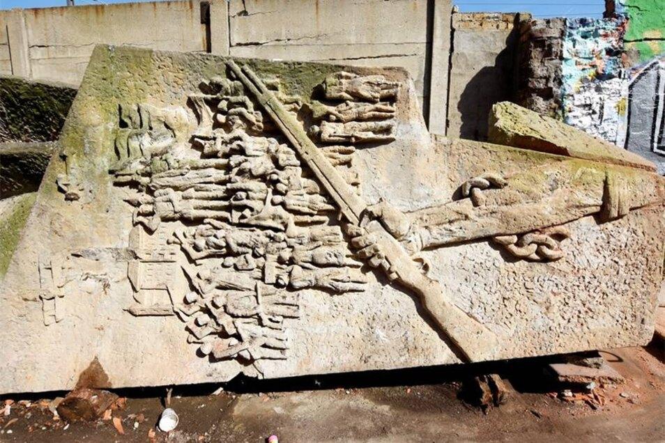 Das Großenhainer Lenindenkmal besteht aus Beton und hat auf drei Seiten Szenen aus der Arbeiterbewegung, die vierte trägt ein Leninzitat.