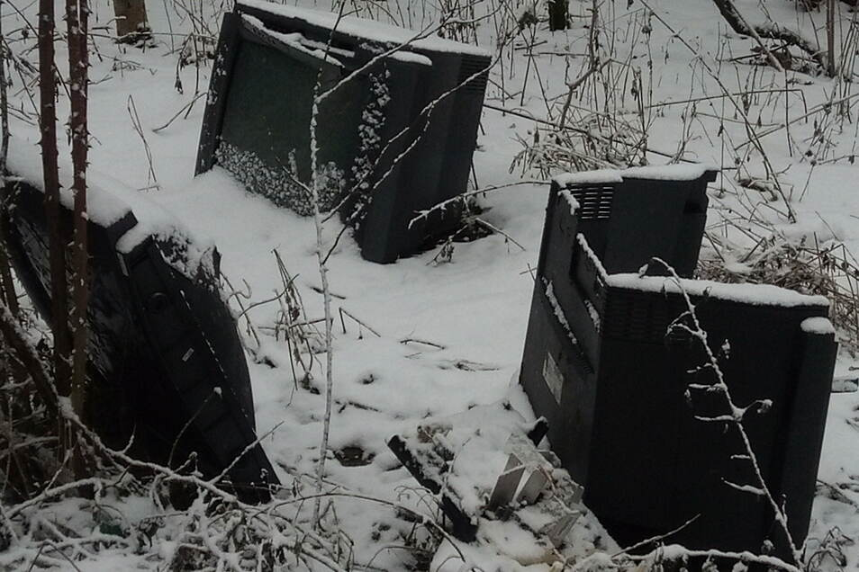 Drei Fernseher im Schnee: Unweit des Lugturms wurden sie im Busch entsorgt.