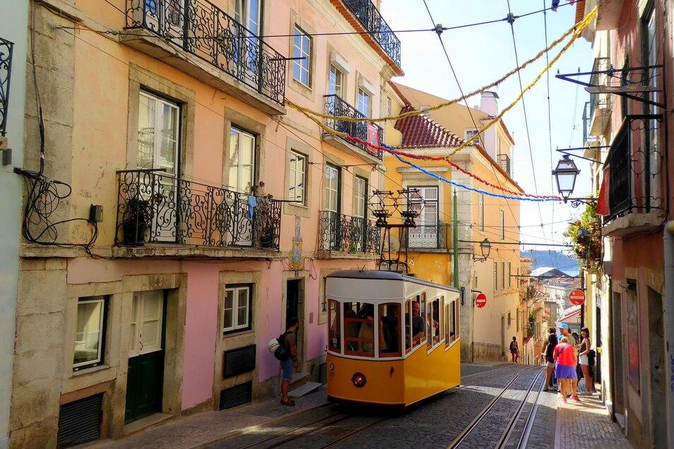 Eine Straßenbahn in Lissabon.