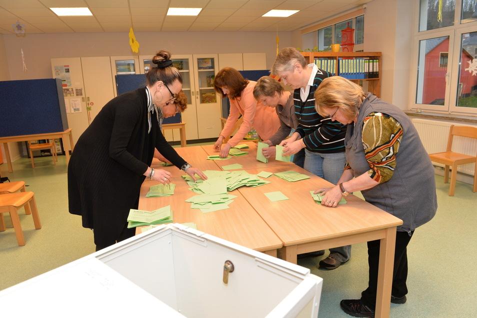 So sah das Auszählen bei der letzten Bürgermeisterwahl in Glashütte aus. Damals hatte Markus Dreßler knapp gegen seinen Herausforderer Maik Lehmann gewonnen.