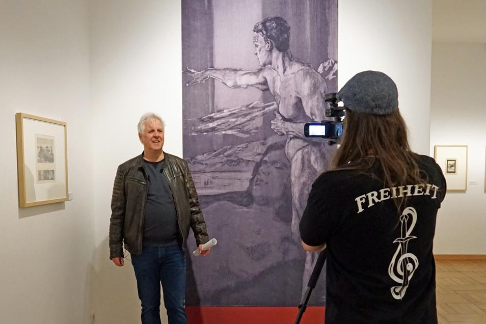 Museumsdirektor Rolf Günther bei den Dreharbeiten für einen Rundgang durch die Max-Klinger-Sonderausstellung im Freitaler Schloss Burgk.