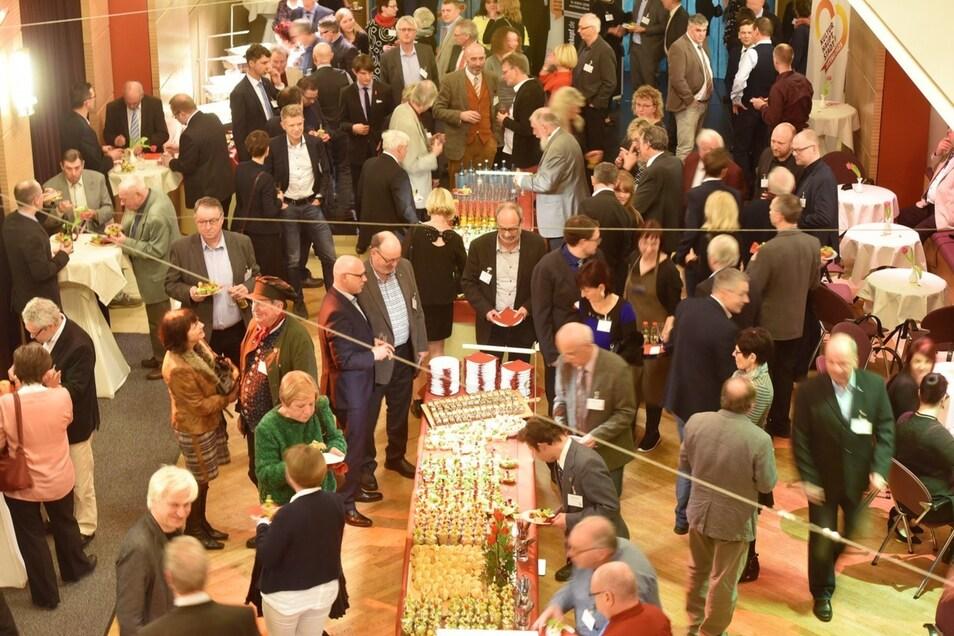 Die Gäste beim Neujahrsempfang des Oberbürgermeisters lassen es sich nach der Festveranstaltung schmecken.