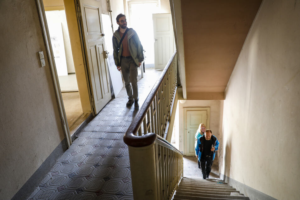 Besucher schauen sich das Eckgebäude Zeichen-/Innere Oybiner Straße in Zittau an. Dafür hat die Stadtentwicklungsgesellschaft einen Wettbewerb veranstaltet