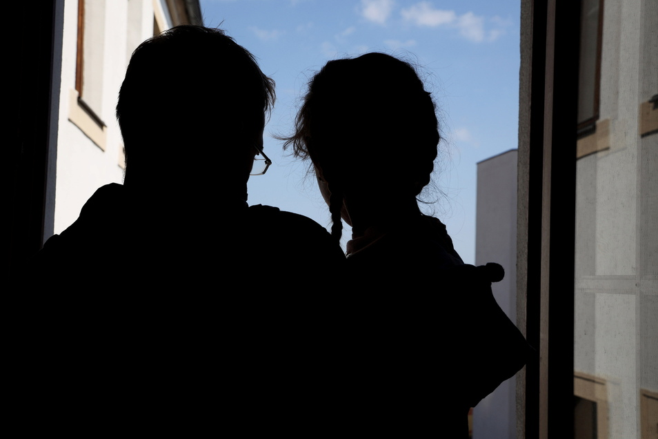 Marcel H. und seine Tochter Mia. Das Kind leidet seit längerer Zeit an epileptischen Anfällen.
