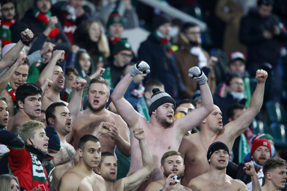 Fans von Lokomotive feuern ihre Mannschaft an.