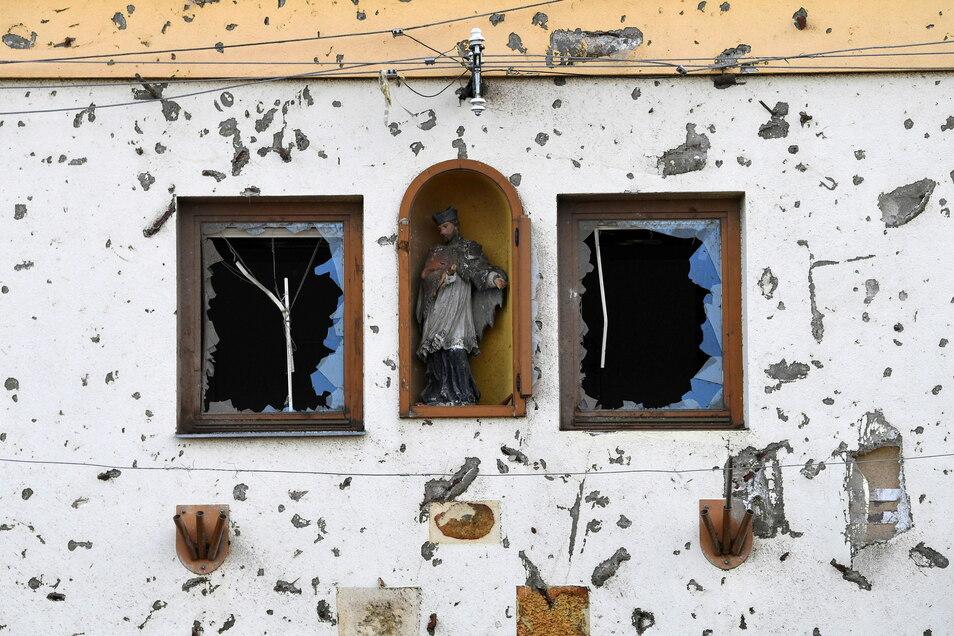 Die Fassade eines Gebäudes ist beschädigt, nachdem ein Tornado das Dorf Moravska Nova Ves getroffen hat.