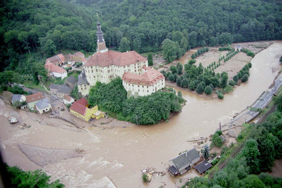 Weesenstein im August 2002: Das gelbe Gebäude ist die Gaststätte, die Prussak jetzt betreibt. Das Haus vom Familie Wilhelm-Zimmel steht jetzt weiter links außerhalb des Fotos am gegenüberliegendem Ufer der Müglitz.