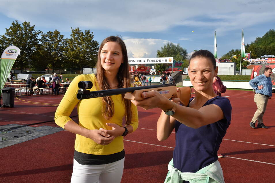 Das Stadion des Friedens wurde zur Sportmeile. Hier probiert sich Nadine Rieger (re.) beim Laserschießen aus, unter Anleitung von Lisa Wirsig vom Freitaler Fitnessstudio Mega-Fit .