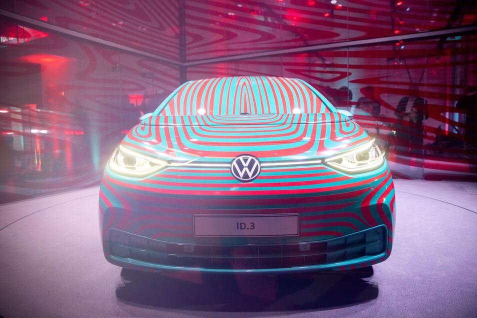 Das neue Elektroauto ID.3 der Marke Volkswagen wurde bisher nur getarnt gezeigt, Das soll sich heute ändern.