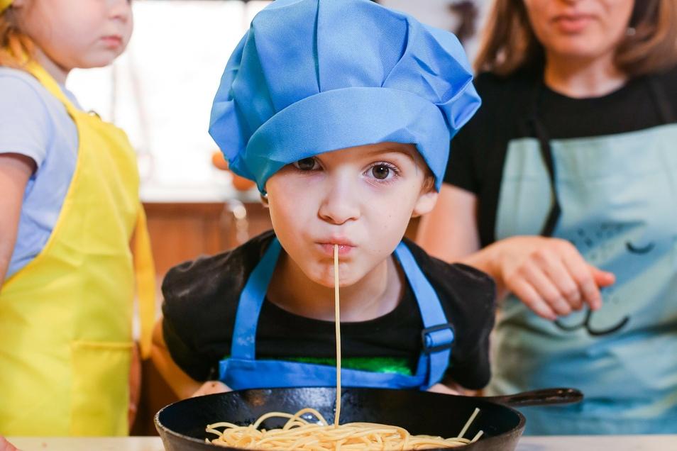 Kochen ist nicht nur ein guter Anlass um gemeinsame Zeit als Familie zu verbringen, sondern noch dazu lehrhaft und lecker.