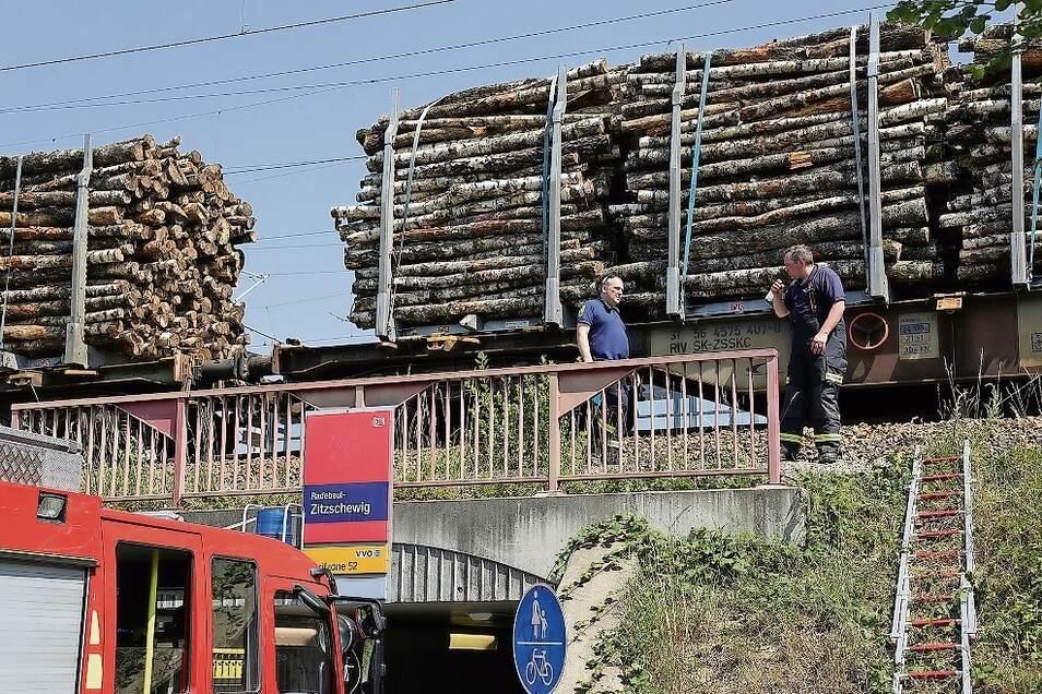 Einsatz der Radebeuler Feuerwehrleute auf der Brücke am Haltepunkt Zitzschewig.