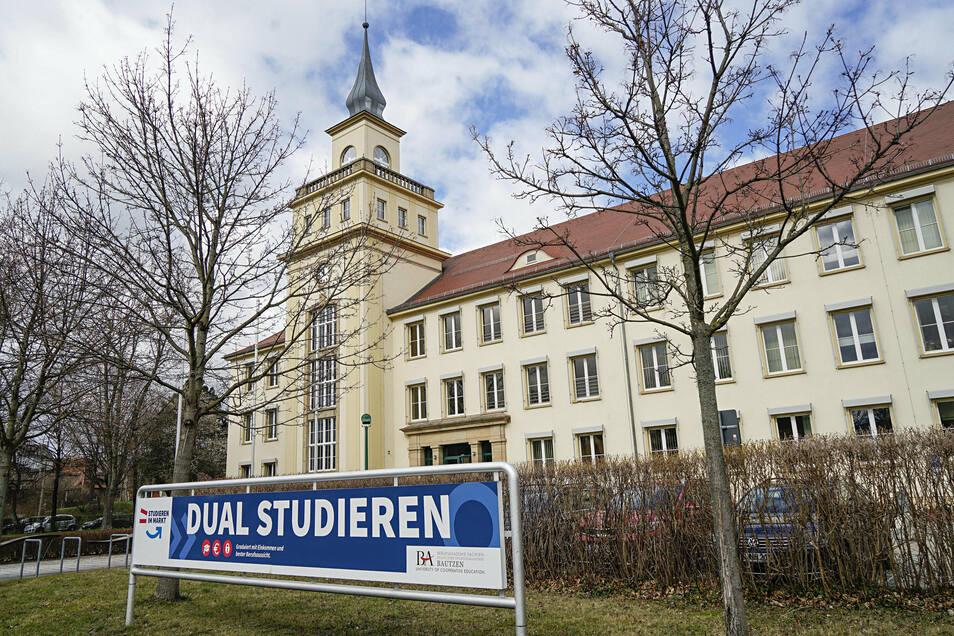 An der Staatlichen Studienakademie in Bautzen beginnen jetzt 150 Frauen und Männer ihr Studium.