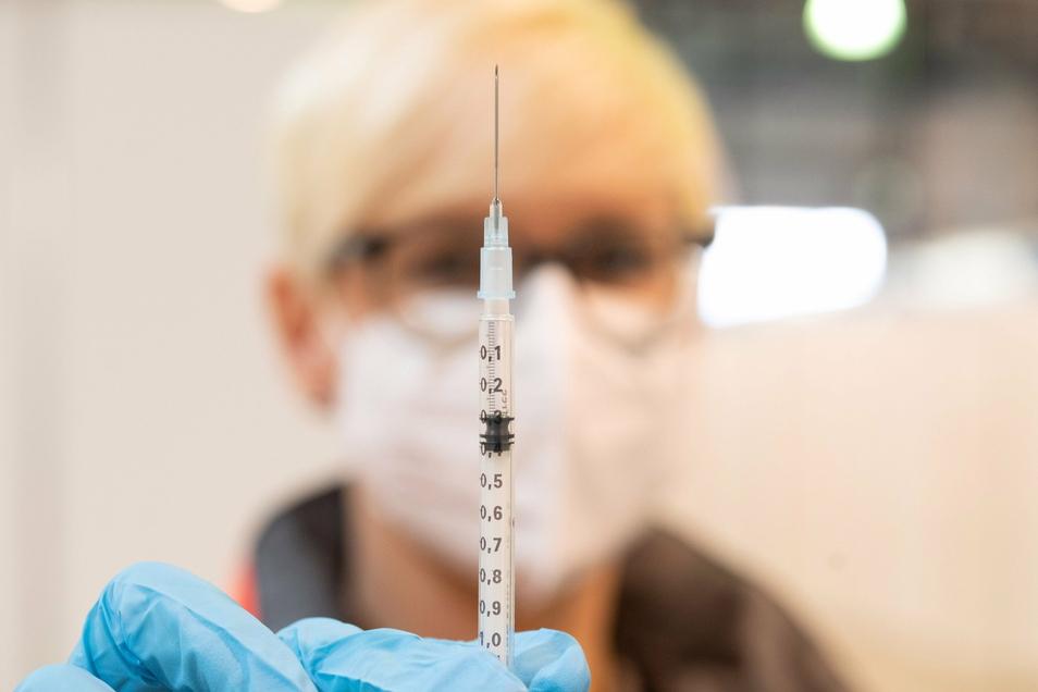 Erfreuliche Nachricht: Eine Studie liefert Hinweise, dass der Biontech-Impfstoff auch gegen die neue, ansteckendere Corona-Mutante aus Großbritannien wirkt. Schlechte Nachricht: Es gibt zu wenig Impfstoff. Das Impfzentrum Riesa ist ausgebucht.