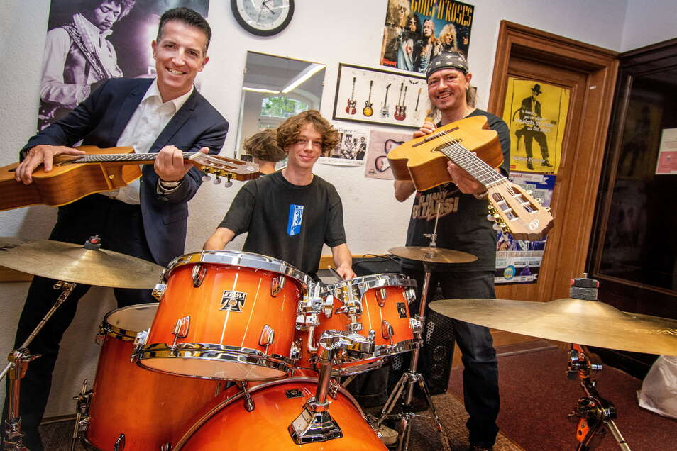 Der Vorstand der Sparkasse Döbeln Thomas Gogolla hat der Musikschule ein Schlagzeug und zwei Gitarren übergeben.