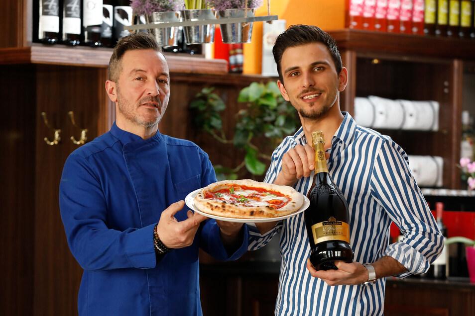 Aniello Coscio (links) und Mitarbeiter Vito können in der neuen Pizzeria in Neusalza-Spremberg Pizza und Co. vorerst nur Abholservice anbieten.