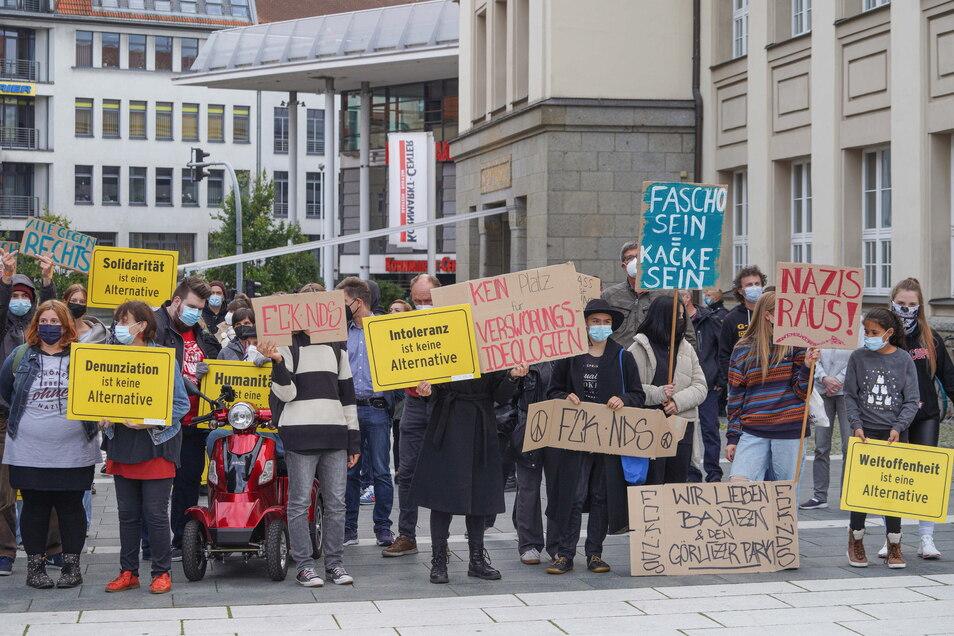 """Etwa 70 Leute riefen unter dem Motto """"Meinungsfreiheit? Ja, aber bitte mit Anstand"""" zum Gegenprotest auf."""