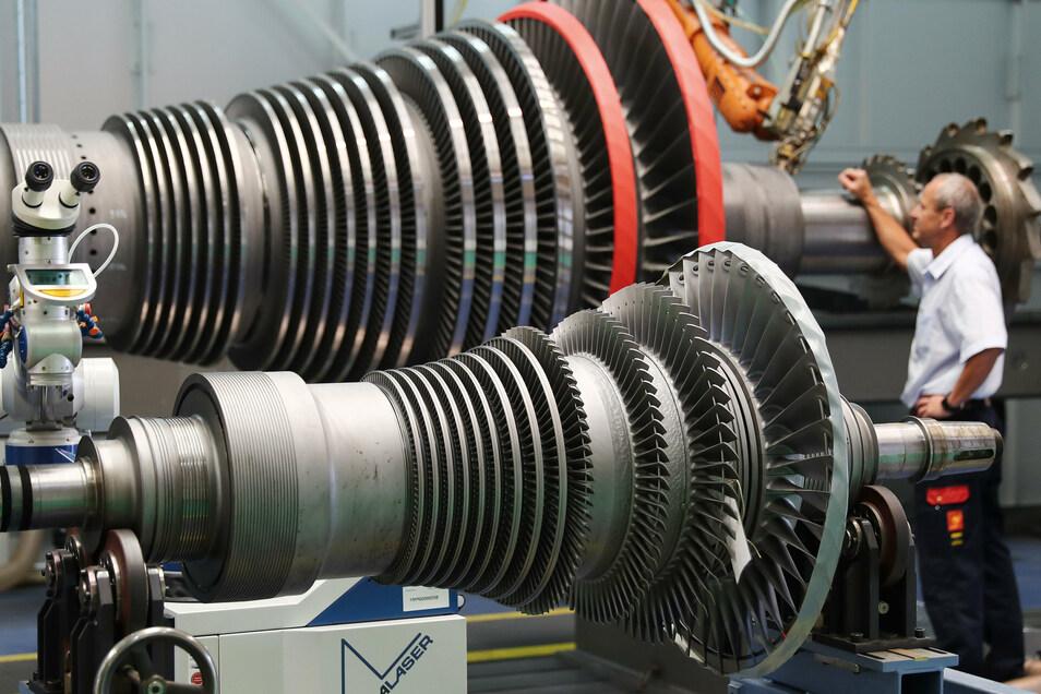 Eine offengelegte Dampfturbine liegt zur Wartung in einem Siemens-Werk. Laut einer neuen Studie kamen vor allem die Maschinenbauer besser als erwartet aus der Corona-Krise. Ihnen half die Kurzarbeit und eigene Neuorientierung.