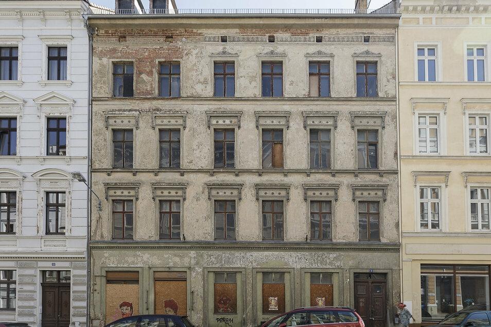 Dach gesichert, Bauantrag gestellt für Sanierung: Luisenstraße 2