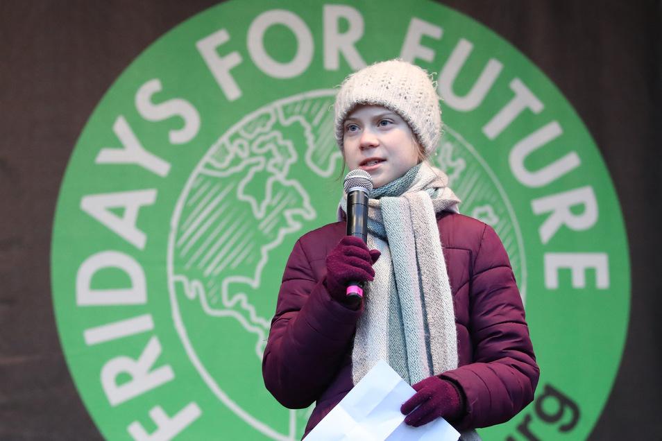 Die Klimaschutzaktivistin Greta Thunberg spricht vor Teilnehmern der Klima-Demonstration Fridays for Future in Hamburg.