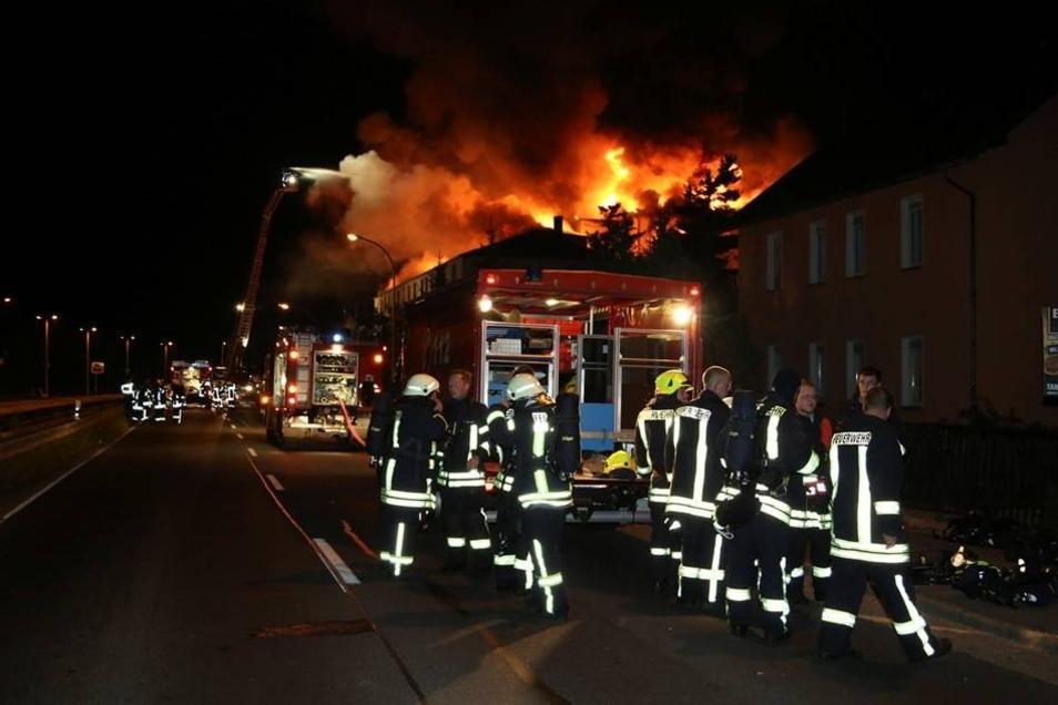 Inzwischen hat die Polizei die Ermittlungen zur Ursache des Brandes aufgenommen. Fachleute nehmen nun den Ort des Geschehens näher unter die Lupe.