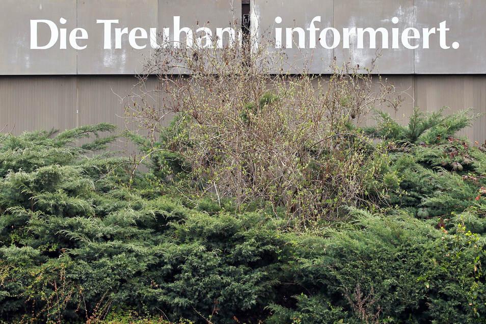 """Der Schriftzug """"Die Treuhand informiert"""" steht auf einem alten Pavillon in Leipzig."""