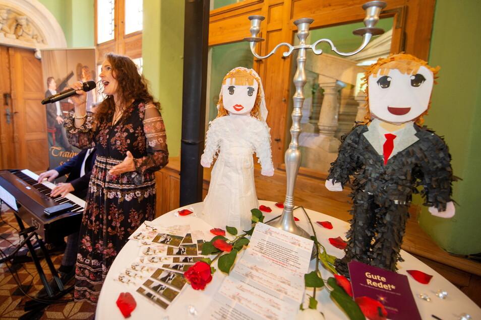 Hochzeitsstimmung, wohin das Auge schaute und das Ohr hörte: Für das passende Flair sorgten musikalisch Sängerin Anett Schöne und Pianist Dirk Riedel.