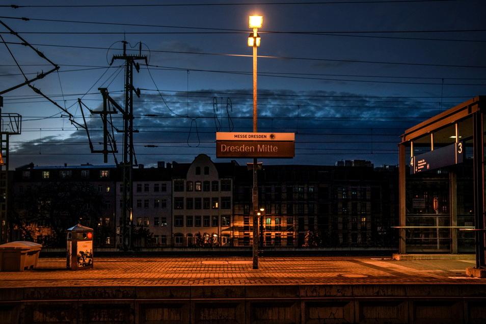 In der blauen Stunde haben die Bahnsteige von Dresden-Mitte ihren Reiz. In der Empfangshalle gibt es einiges zu tun.