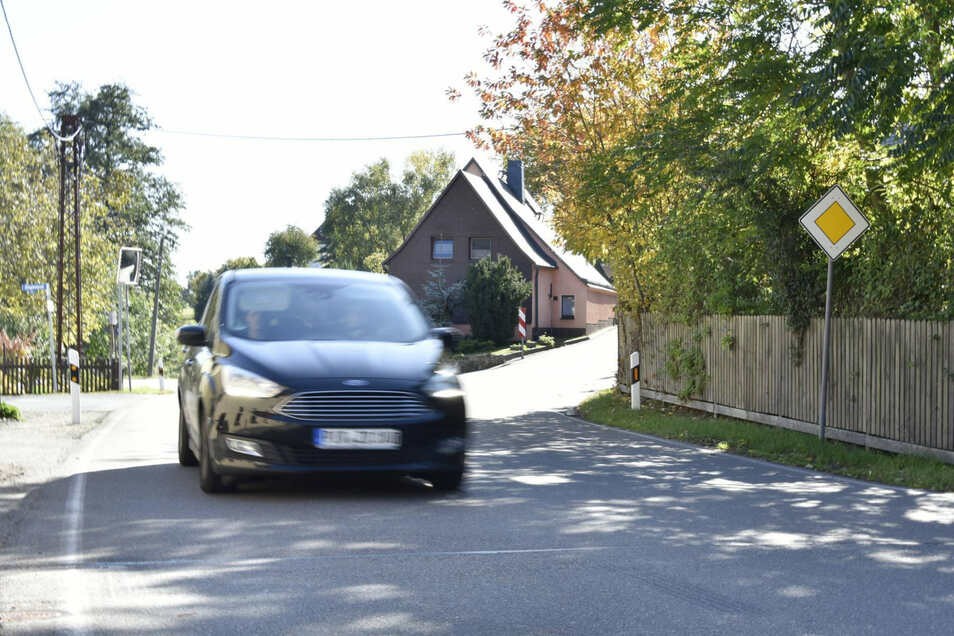 Hinter dem Zaun in Hirschbach biegt die Straße nach Reinhardtsgrimma ab. Diese gehört zu den schlechtesten im Kreis.