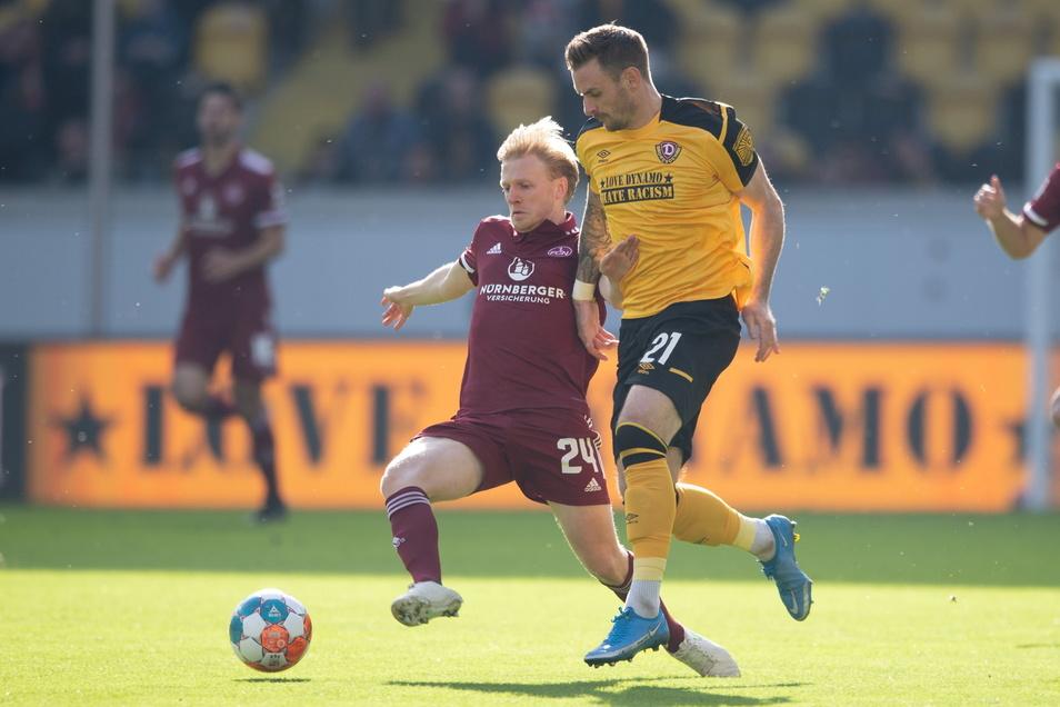 Michael Sollbauer versucht den Ball gegen Nürnbergs Mats Möller Daehli zu erobern.