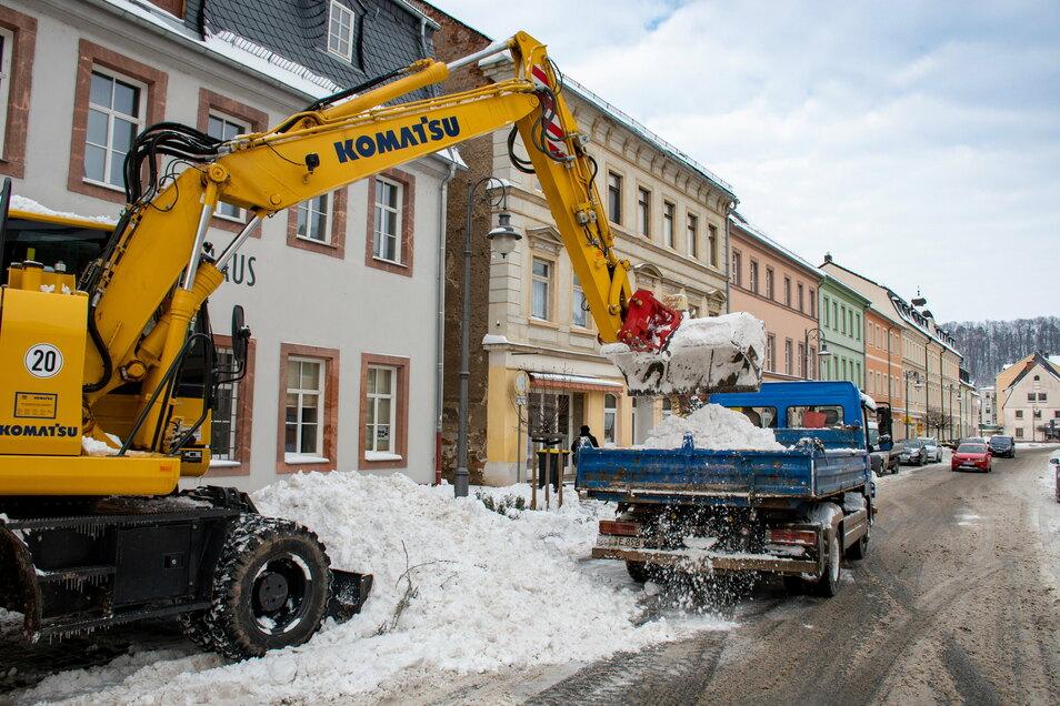 Mitarbeiter der Ziegraer Firma STI Bau haben die Schneemassen vom Waldheimer Niedermarkt auf den Festplatz am Kreuzfelsen gebracht.