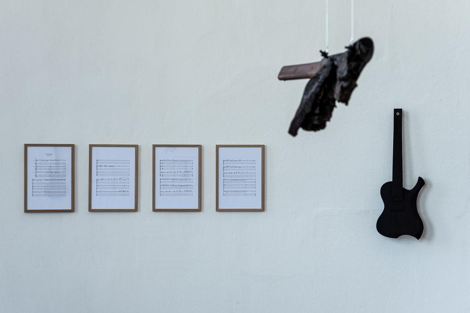 Die schwarzen Gitarren von Marcus Eck sind unspielbar. Aber seine Komposition erklingt im Raum.