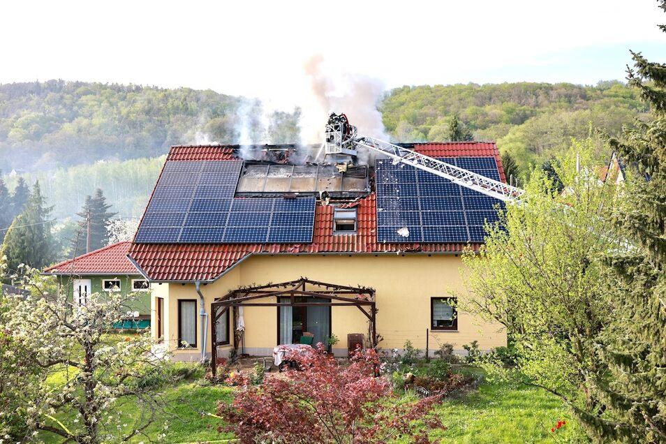Die Feuerwehr löschte am Montag einen Brand in Pirna-Graupa. Das Haus auf der Professor-Guhr-Straße ist unbewohnbar.