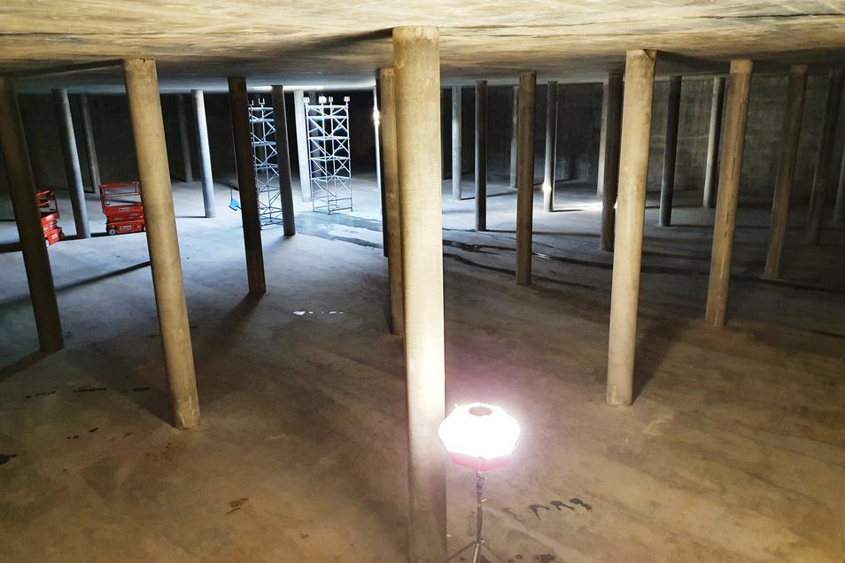 Das ist die gerade fertiggestellte zweite Wasserkammer. Im Hintergrund stehen noch zwei Traggerüste. zu sehen. Sie werden benötigt, wenn in diesem Monat die Montageöffnung an der Decke verschlossen wird.