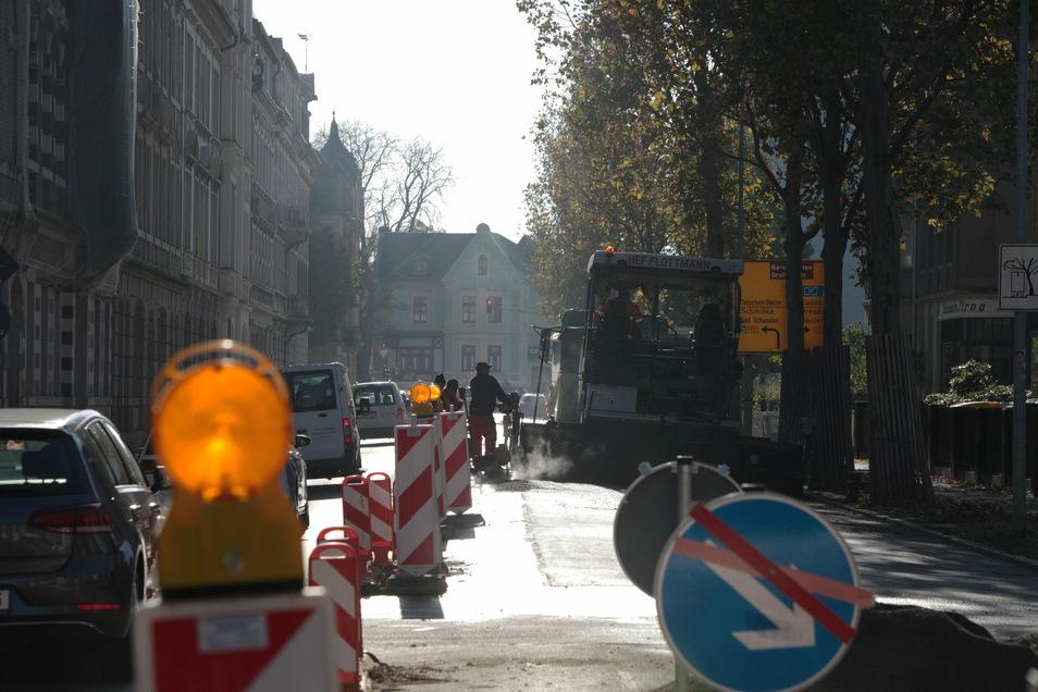 Gorkistraße in Pirna: Eben noch neu asphaltiert und freigegeben, nun schon wieder halbseitig gesperrt.