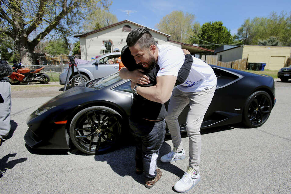 Der fünfjährige Adrian umarmt den Besitzer eines Lamborghini Huracan. Zuvor war der Junge auf einer Autobahn gestoppt worden.