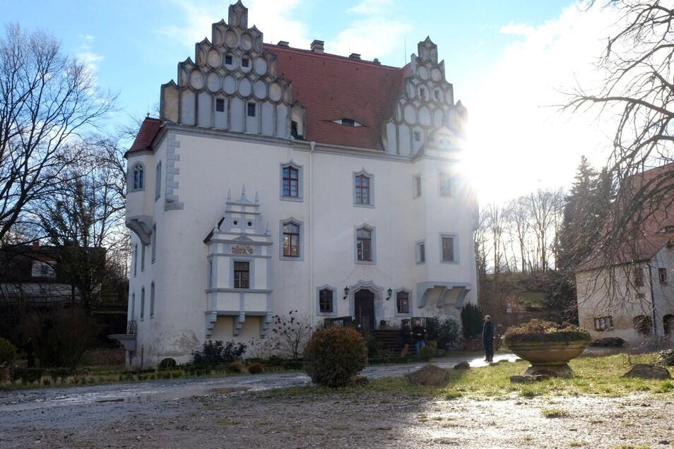 """Schloss Heynitz: Im spätmittelalterlichen Schlossgebäude ist das Ökolandbau-Museum zu finden. Führungen sind am Sonntag um 14.30 und 16 Uhr geplant. Außerdem hat das """"Schloss-Café"""" von 14 bis 18 Uhr geöffnet. Es gibt Kuchen vom Demeter-Hof Mahlitzsch, Kaffee und Tee. Die Künstlerin Gabi Keil stellt Werke vor. Adresse: Heynitzer Straße 9, Nossen Geöffnet: 14 bis 18 Uhr."""