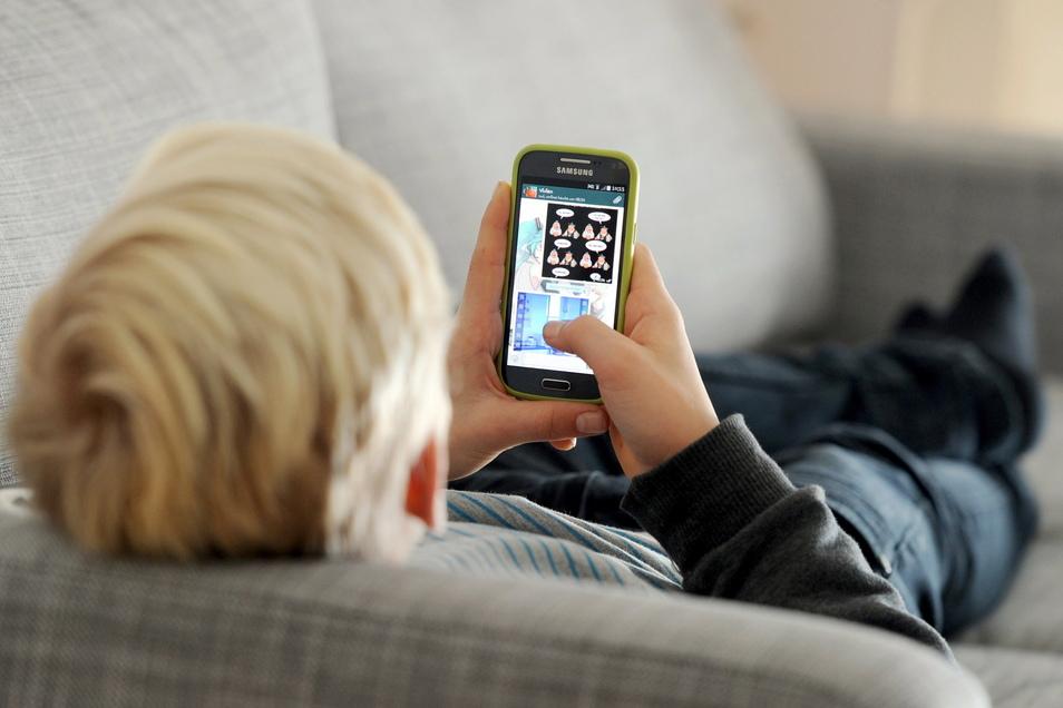 Laut einer Studie sind jedes dritte Mädchen und jeder vierte Junge im Alter von neun bis 17 Jahren im Netz bereits mit intimen, anzüglichen Fragen konfrontiert worden.