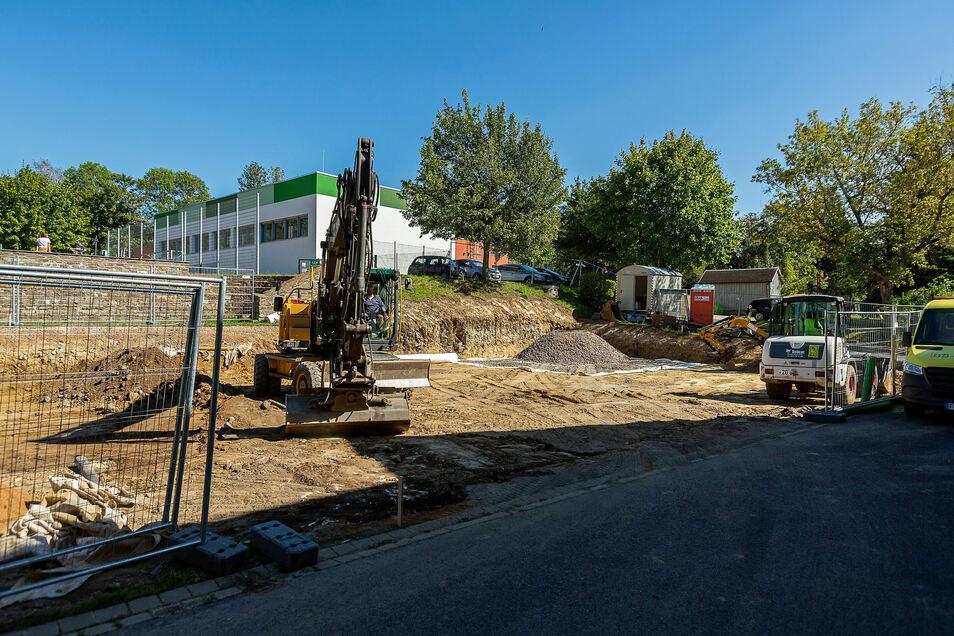 Hier bereitet der Bagger die Fläche vor, wo bald die Container für den Schulhort stehen werden.